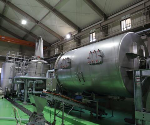 焼酎製造工場には近代的な機械が並ぶ。
