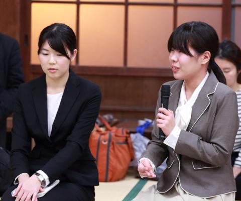 焼酎プロジェクトのイベントに参加した今山さん(左)と落合さん