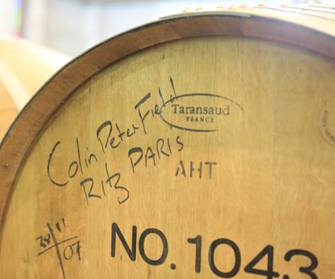 パリの高級ホテル・リッツの世界的バーテンダーのサインが書かれた樽