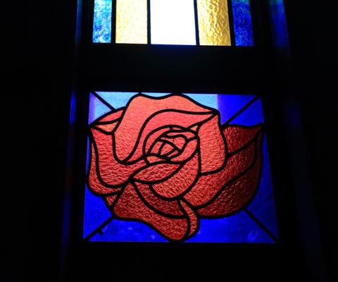 バラの花を形どったステンドグラスは、紅乙女のさまざまな建物にはめ込まれている。